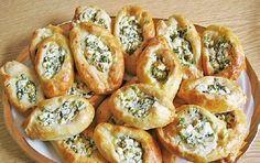 """Leckere Schafskäse Brötchen, schmecken warm gut zu frischem Salat sind aber auch als Partysnack perfekt geeignet. Die Brötchen sind sehr schnell zubereitet. Da es ein Ölteig ist hat man keine langen """"Gehzeiten"""" wie beim Hefeteig."""
