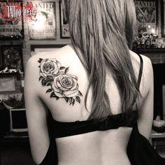 Tatouage femme Roses Noir et gris sur Dos