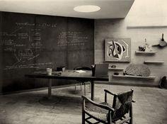 Unterrichtsraum: Tisch mit Schieferplatte von Le Corbusier, Pierre Jeanneret und Charlotte Perriand; Drehsessel und Holzstuhl von Charlotte Perriand, Wandgemälde von Fernand Léger, 1935