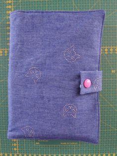 Voici le nouveau projet que je vous partage : un protège-bullet journal avec sa trousse intégrée.  Le tissu chat est un jean fin avec des chats en strass de chez Toto Tissus et le tissu à... Bullet Journal, Creations, Wallet, Voici, Rhinestones, Sewing, Tricot, Cats, Purses