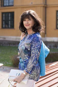 Floraler Druck - hellblaue Tunika in Kombination mit weißer Hosen und silbernen Accessoires - www.lady50plus.de