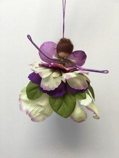 Flor pétalo hada, muñeca Waldorf de MarilynBridon en Etsy https://www.etsy.com/es/listing/278809194/flor-petalo-hada-muneca-waldorf