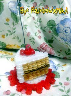 Trozo de tarta hecha de Hama Beads,también es un portafotos.