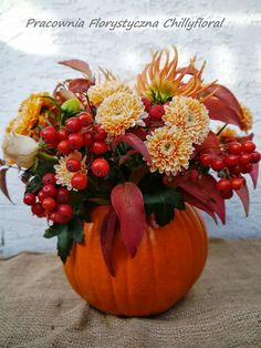 Pracownia Florystyczna Chillyfloral Pumpkin Decorations, Table Decorations, Flowers, Furniture, Home Decor, Decoration Home, Room Decor, Home Furnishings, Royal Icing Flowers