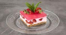 Γιαουρτόγλυκο με ζελέ και φράουλες από τον Άκη Πετρετζίκη! Ένα εύκολο, δροσερό και καλοκαιρινό γλυκό με ζελέ, φράουλες, μπισκότα βρόμης και γιαούρτι! Jello Recipes, Raw Food Recipes, Sweet Recipes, Oat Cookies, Processed Sugar, Cookie Crust, Summer Desserts, Cream Cake, Quick Easy Meals