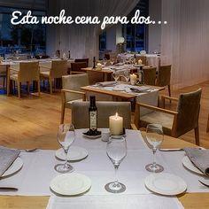 Para esta noche (todavía de verano) nosotros ya tenemos plan. Cena romántica en el Restaurante Celebris con las mejores vistas de Zaragoza.