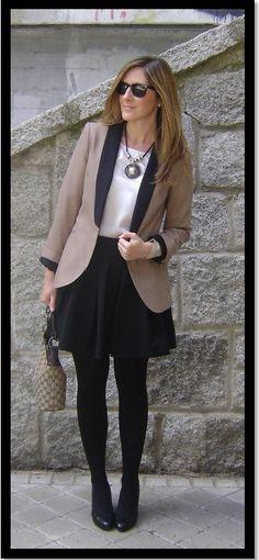 Look de trabalho_look de inverno_saia rodada preta_saia com meia calça_como usar_blazer caqui com gola preta