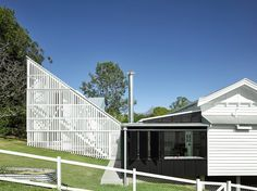 This alteration and addition to an inter-war Queenslander by Vokes and Peters won the 2017 Australian House of the Year award. Australian Architecture, Classical Architecture, Residential Architecture, Architecture Design, Architecture Board, Exterior Wall Materials, Australia House, Architecture Magazines, Remodels And Restorations