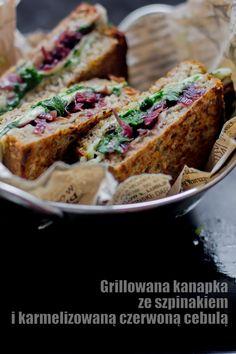 Grillowana kanapka ze szpinakiem i karmelizowaną czerwoną cebulą
