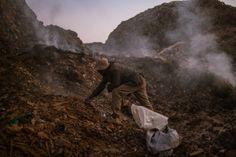 Er komen veel giftige stoffen vrij uit de rottende berg afval die heel gevaarlijk zijn.