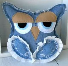 What to do with old jeans? - 4 DIY ideas for recycling denim jeans Pet of jeans pad - Craft Portal - The best craft site with step by step free Denim is a sturdy fabric that can be used for various crafts. Consider recycling denim jeans into some useful t Jean Crafts, Denim Crafts, Fabric Crafts, Sewing Crafts, Sewing Projects, Fabric Decor, Artisanats Denim, Owl Pillow, Denim Ideas