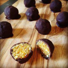 Bonbons van gehakte gedroogde abrikozen, vijgen & amandelen met een omhulsel van hele pure chocolade.