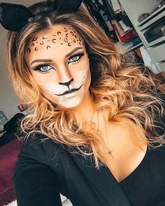 Cats are Halloween classics. We love cat makeup and could not let Halloween pass by without showing you the best designs. There is an idea for everyone! Tiger Halloween, Halloween Makeup Sugar Skull, Halloween Makeup Looks, Halloween Make Up, Leopard Halloween Makeup, Halloween Parties, Halloween Costumes, Cat Face Makeup, Tiger Makeup