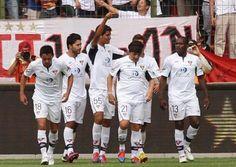 Liga de Quito hizo respetar su localía ante un siempre difícil Emelec. 2-0 fue el marcador que dejó al 'Albo' como puntero absoluto del campeonato. Con más de 25 mil espectadores, el partido más vistoso de la quinta fecha, entre Liga de Quito y Emelec, hizo vibrar a la fanaticada de ambos equipos.