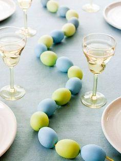 Centro tavola di uova vere colorate.