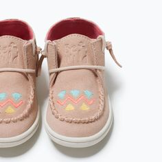 ZARA - KIDS - ETHNIC PATTERN LEATHER BOOTIE Little Girl Shoes, Baby Girl Shoes, Kid Shoes, Girls Shoes, Fall Shoes, Winter Shoes, Baby Chloe, Style Ethnique, Ethnic Patterns