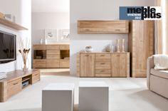 Salon - jasna podłoga i drewniane meble