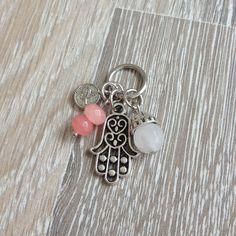 Bedel van metalen hand van Fatima, 8mm rozenkwarts met metalen sierkap, twee 6*4mm roze jade en metalen Arabische geluksmunt. Van JuudsBoetiek, te bestellen op www.juudsboetiek.nl.