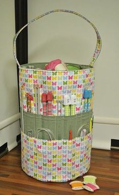 knitting bag.. This is a great design! I wonder if I can get my mom to make me one of these.