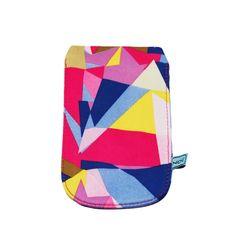 NOI home & fashion | Handyhülle Grafic blau / pink Farbenfrohes und schützendes Kleid fürs Handy im angesagten Grafikmustermix. Die Bags schützen die Handys vor Kratzern und schenken ihnen ein sicheres Zuhause.  Variante: pinkes Futter Maße: 8cm x 13,5cm