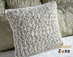 Basic Throw Pillow Crochet Pattern Bernat blanket yarn by Crochet Zone #crochet #freepatterns #crochetzone