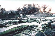 A Praia de Oza. Muralla da praia ao pé da Capela de Santa María de Oza a ao fondo á esquerda o pavillón de Colonias (1994). (Fotografía de Andrés Reboredo)