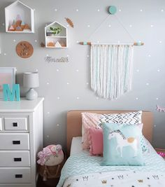 Today on Kids Interiors //ROOMTOUR// Meredith\'s Pastel room with Happy Vibes - designed by her mama Hayley @placedonpoint - See complete room with interview  souce list on kidsinteriors.com I - - - - #kidsinteriors_com #kidsinteriors #kidsinterior #kidsinteriordesign #childrensinteriordesign #girlsroom #girlsdecor #kidsroom #childrensroom #barnrum #kinderkamer #kinderzimmer #chambreenfant #chambrefille #barnerom #barnrumsinspo #kidsdesign #designforkids #kidsdecor #decorforkids #kidsroomdecor #instakids