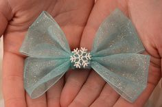Frozen inspired Elsa hair bow. Easy to make; would look great with tulle and a mirrored snowflake button. I'm going to make this.