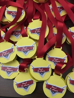 Medalhas para os campeões da festa CARS!!!! www.mariaantoniettafestas.com.br Birthday Presents For Mum, Birthday Cards For Mom, Kids Birthday Themes, Birthday Party Tables, Cars Birthday Parties, Best Birthday Gifts, Cake Birthday, Hot Wheels Birthday, Hot Wheels Party