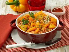 Kraut-Gulasch - Wenn die Tage kürzer werden, freuen wir uns über wärmende Mahlzeiten. Gulasch darf da nicht fehlen. Mit Sauerkraut und Paprika wird es zu einer kleinen Vitaminbombe.
