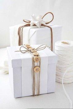 25 idées d'emballage cadeau par CocoFlower - bouton en bois et cordre