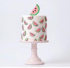Añade dulzura a tu fiesta, con este pastel de sandía.