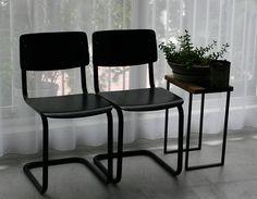 Ahrend(オランダ)のスクールチェア。¥16,200円(税込)カンチレバーでシンプルなデザインが特徴的。背と座、フレームがすべてブラックで統一されているので、どんなインテリアにもあわせていただくことができます。 <METROCS>