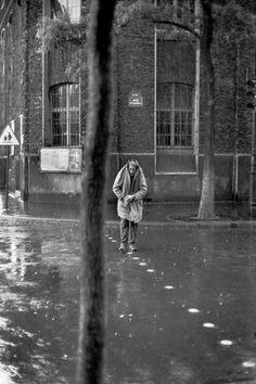 Hier hat er den Schweizer Bildhauer und Maler Alberto Giacometti im richtigen Moment fotografiert, als der im verregneten Paris des Jahres 1961 eine Straße überquert.