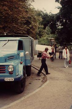 Én mondjuk nem emlékszem rá, bár a képek készítésekor már éltem. Épp csak.  A képeken nem csakhogy az internet előtti, de a hétfői tévéadás előtti világba pillanthatunk be.  A holland Ed és Louise 1975-ben utazott Magyarországra, akkor készített fotóikat pedig most mi is megnézhetjük. Nem… Motor Car, Hungary, Budapest, Recreational Vehicles, Van, Motors, Internet, Bebe, Car