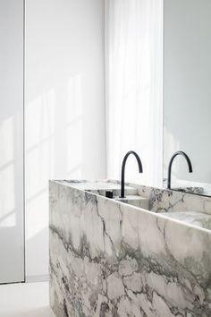 Bathroom by Pieter Vanrenterghem - Caprina Nuvolata - honed stone by Hullebusch