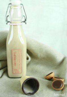 Toffifeelikör 80 g Zucker 120 g Toffifee 300 g Milch 200 g Sahne 1 Ei 200 g Wodka Zucker und Toffifee in den Thermomix geben und 12 Sekunden auf Stufe 10 zerkleinern. Milch, Sahne und Ei hinzufügen und 5 Minuten bei 80 Grad auf Stufe 2 erhitzen. Wodka hinzufügen und weitere 4 Minuten auf 90 Grad Stufe 2 erhitzen. Den Likör heiß in Flaschen abfüllen, abkühlen lassen und im Kühlschrank aufbewahren.