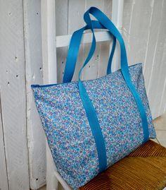 Sac en coton enduit écru à petites fleurs bleues turquoises, style Liberty et doublure en coton turquoise : Bagagerie par zinzoline29
