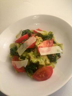 Verse pasta met een walnoten rucola pesto, gebakken tomaat, spinazie en parmezaanse kaas