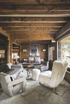Un chalet chaleureux et verdoyant en Haute-Savoie : salon chaleureux et cocooning, fauteuil effet fourrure et canapé tissu
