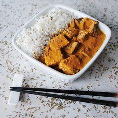 Tofu al curry (x4 persone) Ingredienti: 300 gr di tofu (tagliato in 8 pezzi uguali dimensioni) Marinatura: 1/2 tazza di brodo vegetale 3 cucchiai di aceto di riso o mele 2 cucchiai di olio di oliva 2 cucchiai di salsa di shoyu (salsa di soia) 1/4 di tazza di curry dolce in polvere 1 cucchiaino di semi di cumino Preparazione (10 minuti preparazione, 45 min di cottura): Preriscaldate il forno a 220°C. In una pirofila di vetro bassa, 30×20 cm, …