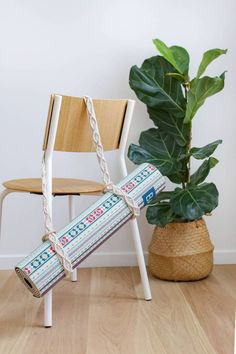 DIY Tapis de Yoga en macramé - Hellø Blogzine - Blog déco Lifestyle - www.hello-hello.fr  #diy #macrame #yogaaddict #StayINspired Yoga Vinyasa, Ashtanga Yoga, Diy Tapis, Blog Deco, Ibiza, Upcycle, Recycling, Diy Macrame, Homemade