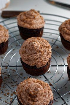 Recette de cupcakes au chocolat. Une base moelleuse et forte en cacao recouverte d'une crème mascarpone au chocolat.