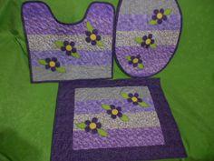 Jogo de tapete em tecido 100% algodão, estruturada com manta, com quilt livre, em tons de lilás, com aplicação de flor.  Conjunto de 3 peças.   Produto feito sob encomenda.  Prazo de produção 15 dias,