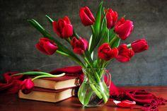czerwone tulipany wazony bukiety kwiatów książek