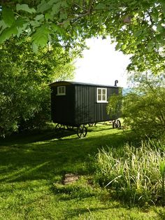 Tiny house, living in a small space, plans, interior cottage DIY, modern small house on wheels- Tiny house ideas Small Houses On Wheels, House On Wheels, Nice Houses, Black Shepherd, Art Shed, Shepherds Hut, She Sheds, Tiny House Plans, Backyard Patio