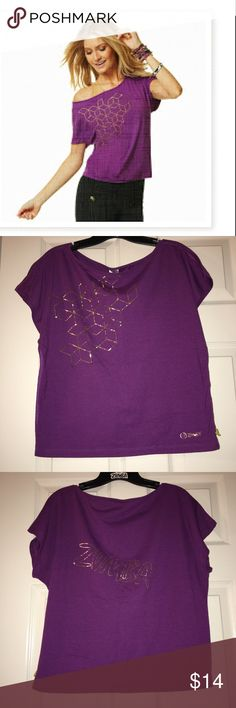 Geometric Zumba Top - Gold Collection 💃🏻 Enjoy this loose fitting purple and gold Zumba top! It has a scoop neck and has a bit of a cropped bottom. Wear with your high waisted leggings, and you will feel great! 💜 Zumba Tops