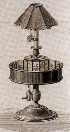 Praxinoscópio, criação do francês Emile Reynaud. A pessoa que o estava a utilizar, olhava através do centro e as imagens iam reflectir-se no espelho e assim surgia a sequência de imagens. Este é um exemplo dos brinquedos ópticos do séc. XIX que vão estar na origem do cinema.