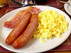 SCRAMBLED EGGS,  TURKEY HAM,  HASH BROWNS AND  SAUSAGES?! THAT WAS WHAT I ATE THIS MORNING IN THE BREAKFAST!  BUENISIMO!  DELICIOUS!