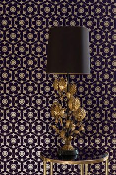 Black-purple flowers in a precious flock material are arranged on a pearl-gold background. Nostalgia de luxe for fans of classic designs from the 60s and 70s. #interiorideas#wallcovering #wallcovering#homeinspiration
